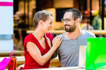 Paar macht Pause vom Einkaufen im Kaufhaus