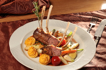 Lammkarree mit Kartoffelkroketten und Gemüse