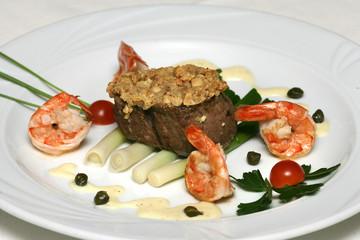 Kalbfleisch und Tunfisch mit Krabben und Gemüse