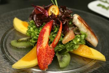 Hummerschere mit Salat und Obst