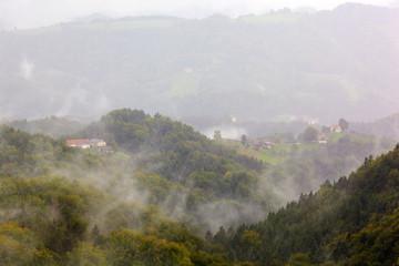 Nebel über Berglandschaft