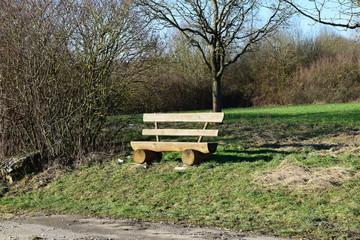 Holzbank wartet auf Wanderer