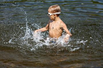 Мальчик играет в воде (02)