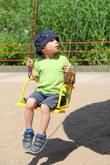 Junge auf Kettenkarussel