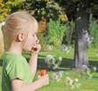 Mädchen bläst Seifenblasenherzen zum Muttertag