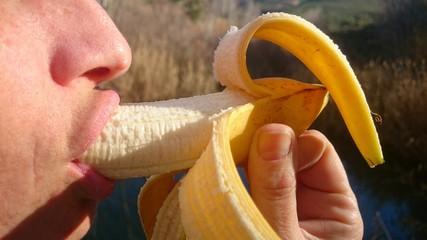 Boca comiendo plátano
