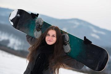 Femme tenant snowboard