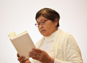 読書をする女性のイメージ