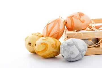 Ostern: bunte Eier aus Ton auf weiss - Platz für Text