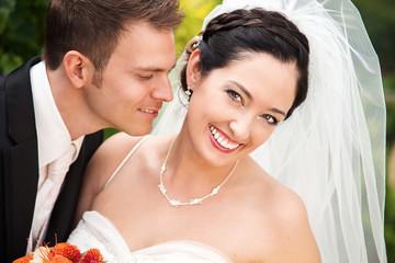 Junges glückliches Brautpaar hat Spaß an der Hochzeit
