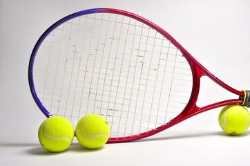 Raqueta y pelotas de tenis