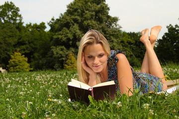 Frau entspannt draußen beim lesen