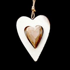cœur en bois sur fond noir