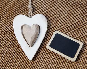 coeur en bois et tableau noir