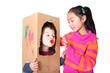 Kinder spielen mit Karton und Farbe