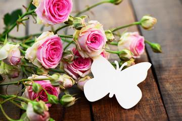Rosen mit Schmetterling