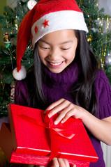 Mädchen mit Geschenken unter dem Weihnachtsbaum