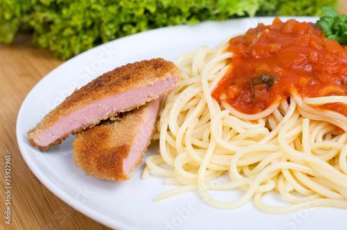 Leinwanddruck Bild Pasta mit Tomatensoße und Jägerschnitzel