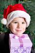 kleiner Junge unter dem Weihnachtsbaum