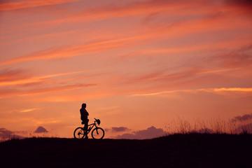 Silhouette Mann Mountainbike Sonnenaufgang