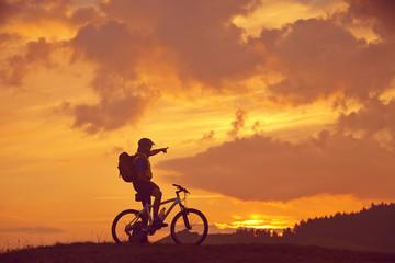 Mann mit Bike in der Sonne