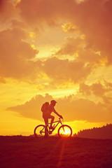 Sonnenaufgang mit Biker Hochformat