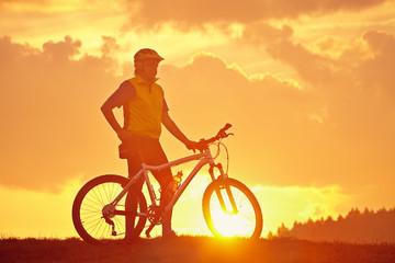 Sonnenaufgang mit Biker