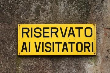 Riservato ai Visitatori, Italian sign