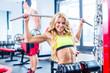 Frau beim Rücken Sport im Fitnessstudio