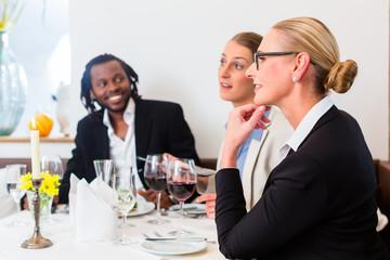 Team von Geschäftsleuten beim Essen