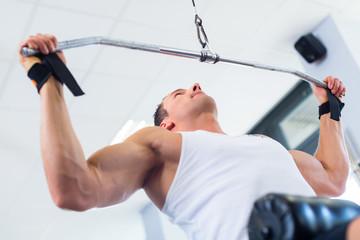 Mann beim Rücken Sport im Fitnessstudio