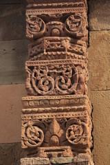 colonnes à motifs sculptés