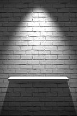 muro di mattoni con mensola