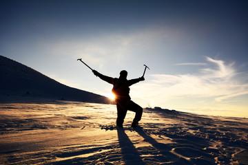 buzlu kaya tırmanışına hazır dağcı