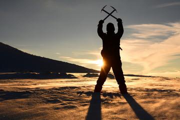 buz kazmalı dağcı günbatımında
