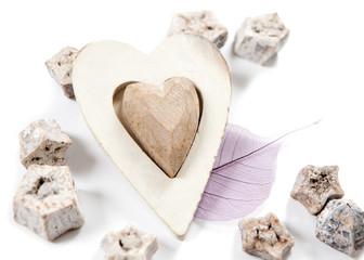 coeur en bois sur fond de légumes secs