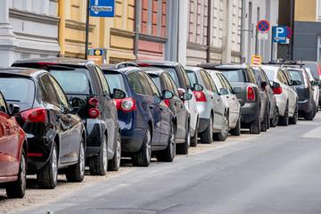Autos parken am Straßenrand