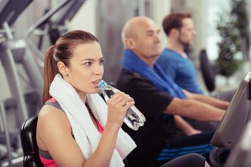 frau trinkt wasser während des fitness-trainings