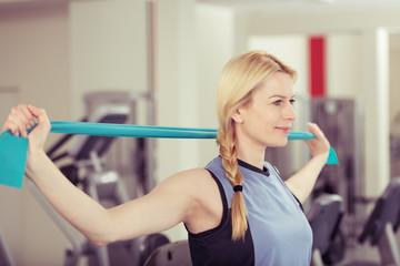 frau trainiert mit einem band im fitness-center