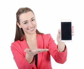 lachende Geschäftsfrau präsentiert Smartphone