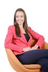 lachende junge Frau sitzt auf Sessel, Studio