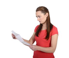 Junge Frau liest schlechte Nachricht
