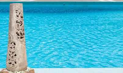piscine à débordement et vase décoratif de jardin