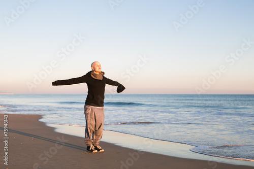 Leinwanddruck Bild Real Female hairless fight against cancer at the beach