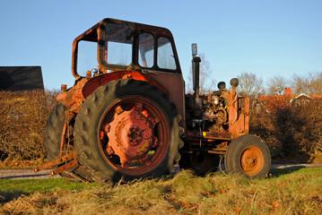 alter roter Traktor