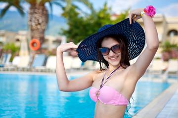 Девушка в шляпе на пляже летом