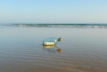 Botella con 50 euros en la playa