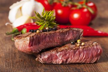 Scheiben eines Steaks auf einem Holzbrett
