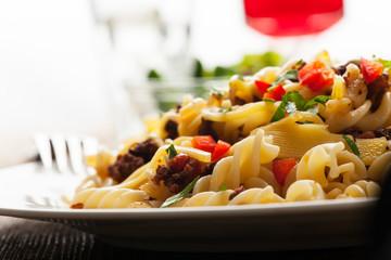 Spirelli und Sauce bolognaise