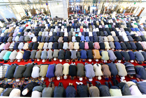 Papiers peints Turkey Muslims pray in the mosque Fatih